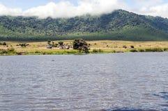 Lago en Tanzania con el coche del safari Imagenes de archivo