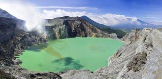 lago en un cráter del volcán Ijen. Indonesia foto de archivo