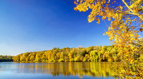 Lago en un día del otoño Imagenes de archivo