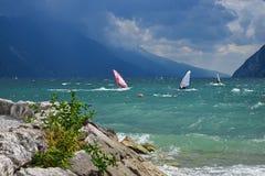 Lago en un día ventoso, personas que practica surf paradise riva del garda Garda, ital fotografía de archivo