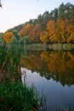 Lago en un parque de la ciudad del otoño Fotografía de archivo libre de regalías
