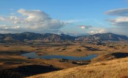 Lago en un valle de la montaña Fotos de archivo libres de regalías