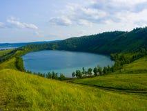 Lago en una depresión de una colina Fotografía de archivo libre de regalías