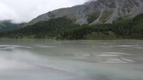 Lago en una mañana, montañas de Altai, Rusia Akkem metrajes