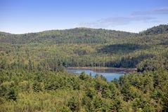 Lago en valle fotografía de archivo