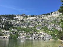 Lago en valle fotos de archivo