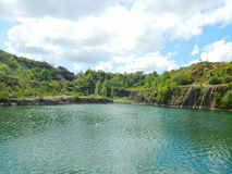 Lago encantador entre os penhascos de pedra foto de stock royalty free
