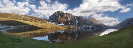 Lago Enol panoramico fotografia stock
