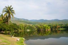 Lago entre la montaña y reflexión en el surafce del agua Fotografía de archivo