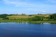 Lago entre las colinas Foto de archivo