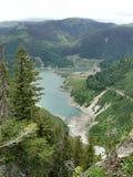 Lago entre las montañas fotos de archivo libres de regalías