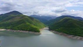 Lago entre las monta?as verdes metrajes