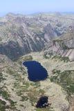 Lago entre las rocas Fotos de archivo