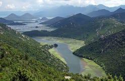 Lago entre montanhas fotos de stock