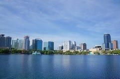Lago Eola, edificios altos, horizonte, y fuente Orlando céntrica, la Florida, Estados Unidos, el 27 de abril de 2017 Foto de archivo