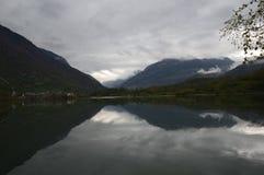 Lago Eriste um a manhã nebulosa em abril um lugar a sentar-se para baixo e apreciar Fotografia de Stock Royalty Free