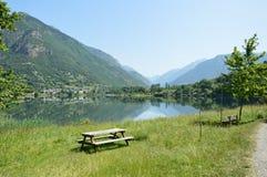 Lago Eriste uma noite em julho nenhumas nuvens e reflexões agradáveis na água Fotografia de Stock Royalty Free