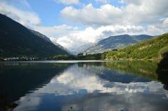 Lago Eriste una tarde en agosto con las nubes hermosas y las reflexiones en agua Imagenes de archivo
