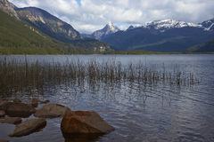 Lago escénico a lo largo del Carretera austral imagenes de archivo