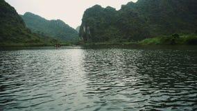 Lago escénico mountains en el Ninh Binh Region Of Vietnam metrajes