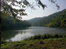Lago escénico y montañas verdes Imagen de archivo