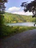 Lago escondido nas montanhas fotos de stock