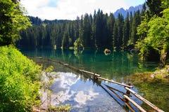 Lago esmeralda en dolomías Foto de archivo libre de regalías