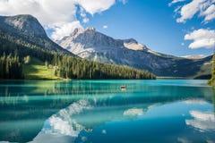 Lago esmeralda en el parque nacional de Yoho Foto de archivo