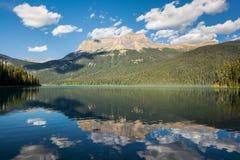 Lago esmeralda en el parque nacional de Yoho Fotografía de archivo