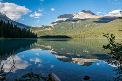 Lago esmeralda en el parque nacional de Yoho Fotos de archivo