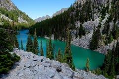 Lago esmeralda nas montanhas fotografia de stock royalty free
