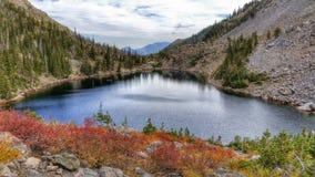 Lago esmeralda, parque nacional de la montaña rocosa imagenes de archivo
