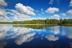 Lago in Estonia nel bello giorno di estate Fotografie Stock Libere da Diritti