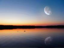 Lago evening debajo de la luna imágenes de archivo libres de regalías