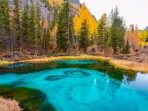 Lago fairytale en las montañas Foto de archivo