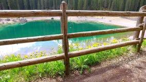Lago famoso Carezza da montanha nos cumes no nascer do sol, Itália filme