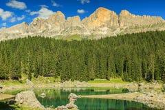 Lago famoso de Carezza e de dolomites no fundo, Itália Imagens de Stock Royalty Free