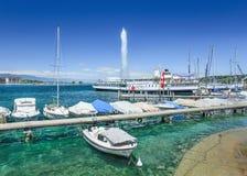 Lago famoso Genebra com a fonte jorrando no fundo no verão Foto de Stock