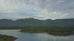 Lago fantástico view aérea em montanhas verdes em para baixo video estoque