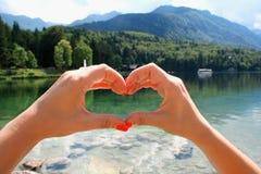 Lago fantastico della montagna nel parco nazionale di Triglav con la ragazza che s Fotografia Stock Libera da Diritti