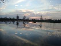 Lago fantastico di inverno in Polonia Tramonto fantastico di inverno sul lago fotografie stock