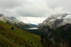 Lago Fedaia - dolomia delle montagne di Snowy - le alpi italiane Fotografie Stock Libere da Diritti