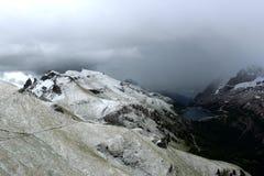 Lago Fedaia - dolomites nevado das montanhas - os cumes italianos Imagens de Stock