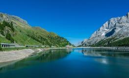 Lago Fedaia Fedaia jezioro, Fassa dolina, Trentino Altowy Adige, sztuczny jezioro i tama blisko Canazei miasta, lokalizować przy  Obraz Stock