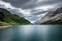 Lago Fedaia - lago Fedaia, montaña Italia de Dolomiti fotos de archivo