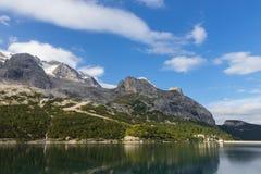 Lago Fedaia nelle alpi delle dolomia, Italia Fotografia Stock