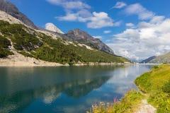 Lago Fedaia nelle alpi delle dolomia, Italia Immagine Stock