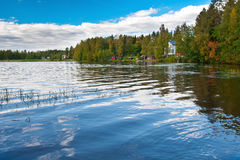 Lago finlandés con las casas Fotografía de archivo libre de regalías