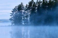 Lago finlandés con niebla Foto de archivo libre de regalías