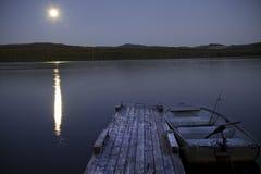Lago fishing alla notte con la luna Immagine Stock